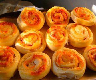 Ingredientes: Massa: ,  , 2 colheres (sopa) de manteiga , 1 copo de leite morno , 15 g de fermento biológico , 1 colher (sopa) de açúcar , 2 ovos , 1 colher (sobremesa rasa) de sal , Farinha de trigo suficiente para amassar (cerca de 1/2 kg) ,  , Recheio: ,  , 4 tomates maduros , 100 g de azeitonas picadas , 200 g de queijo prato , 200 g de presunto , 1 cebola picada , 1 colher de orégano , 2 gemas para pincelar