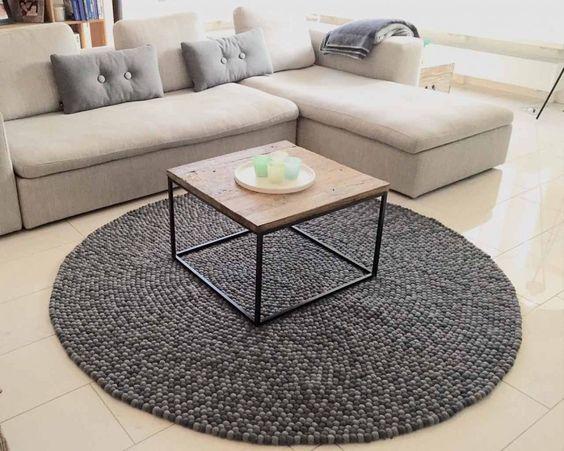 #Alfombra de Bolas de #Fieltro Aruna. ¿Quién ha dicho que el #gris es un #color apagado y aburrido? La alfombra #Aruna de #Sukhi aúna dos preciosos #tonos de gris que se complementan a la perfección, creando una #pieza atemporal y neutra, pero al mismo tiempo #llamativa. Y lo mejor es que cualquier sitio es bueno para lucirla.