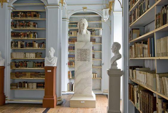 Rokokosaal, parkseitiger Gang mit Blick auf die Schillerbüste, 1805-10 von Johann Heinrich Dannecker, Anna Amalia Bibliothek