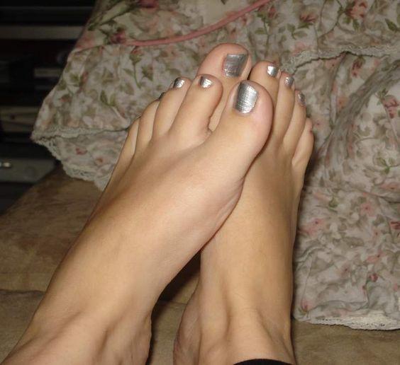 Hallo, Ich bin Reika - Michelle, Meine Freundinnen und ich zeigen wie ihr wohl schon sehen könnt gerne unsere Füße in der öffentlichkeit Dabei spielt es keine Rolle ob sie saube...