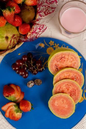 As frutas são alimentos ricos em vitaminas. Além disso, ajudam a controlar o nível de açúcar no sangue, o que é importante para o funcionamento do cérebro.  Consumir – Frutas em geral, como banana e as vermelhas, como uva, morango e goiaba.