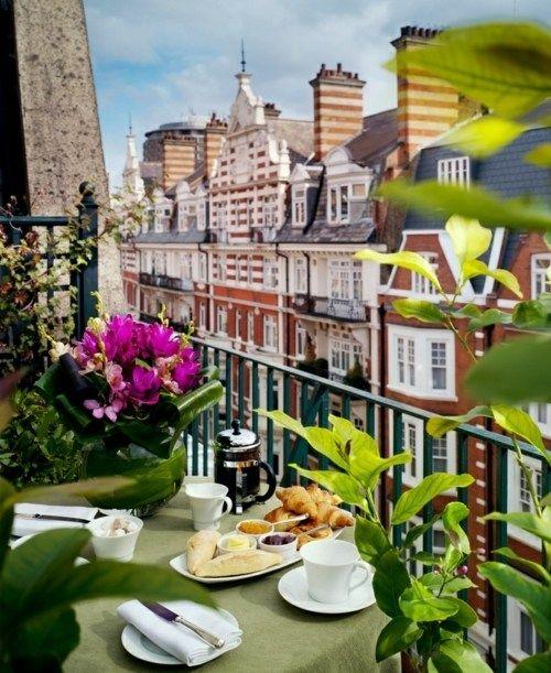 Kleiner Balkon Frühstück schöne Aussicht Metall Geländer Wohnung - balkon ideen blumenkasten gelander