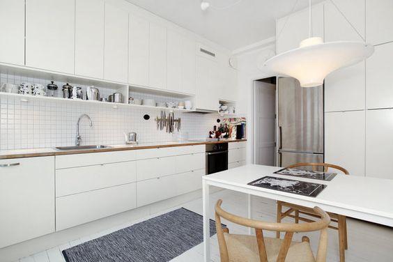 houten blad en houten stoelen in de witte keuken
