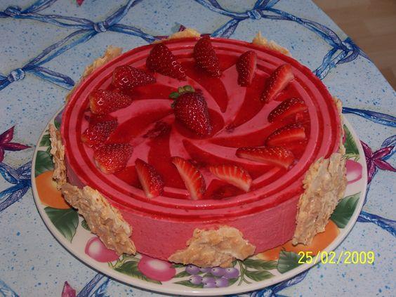 Biscuit léger aux amandes, mousse aux fruits rouges (fraise/framboise) et croustillant aux amandes