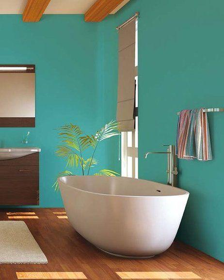 Bañera exenta en un baño con paredes color turquesa  Baño ...