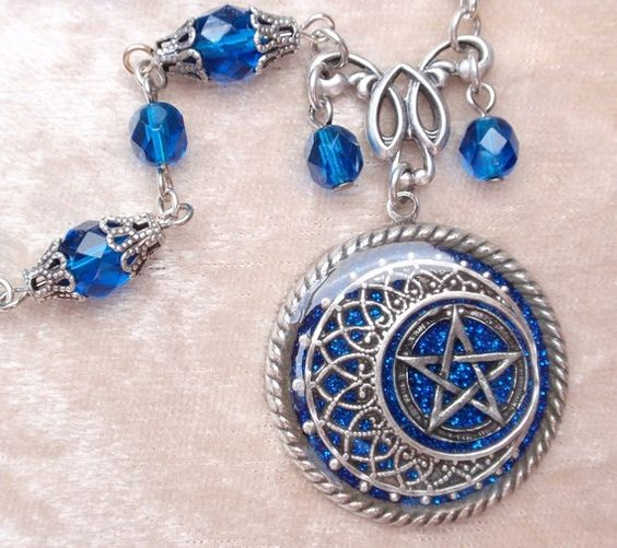 Jewelry Pagan Wicca Witch:  Pretty Moon and Pentacle necklace.