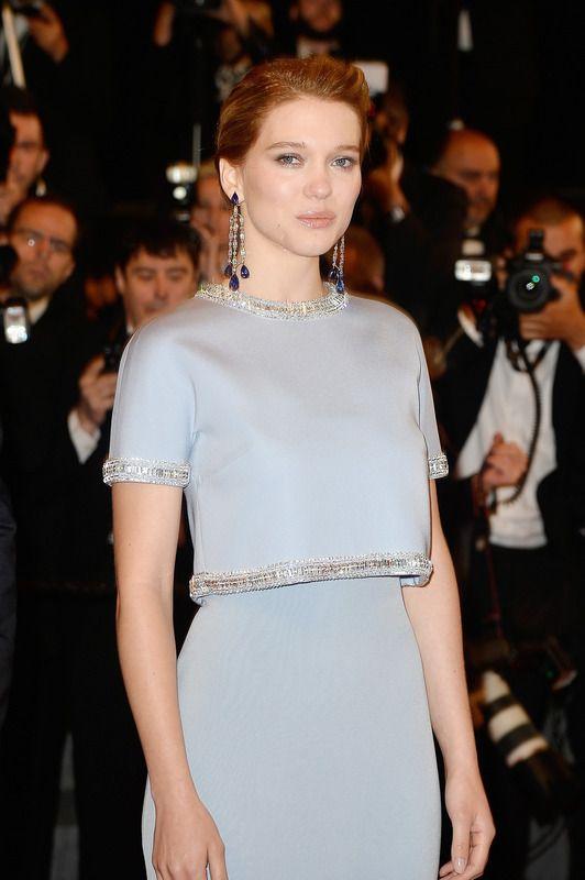 La actriz francesa Léa Seydoux lució dos piezas en tono azul claro de Miu Miu con bordados de pedrería. Los pendientes largos, de Chopard.