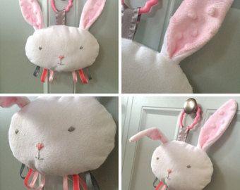 Bea'spoke bunny plushie nastro taggie peluche lovey trapunta bambino coniglio carrozzina culla giocattolo mobile orso grigio rosa vivaio neutro bambino doccia