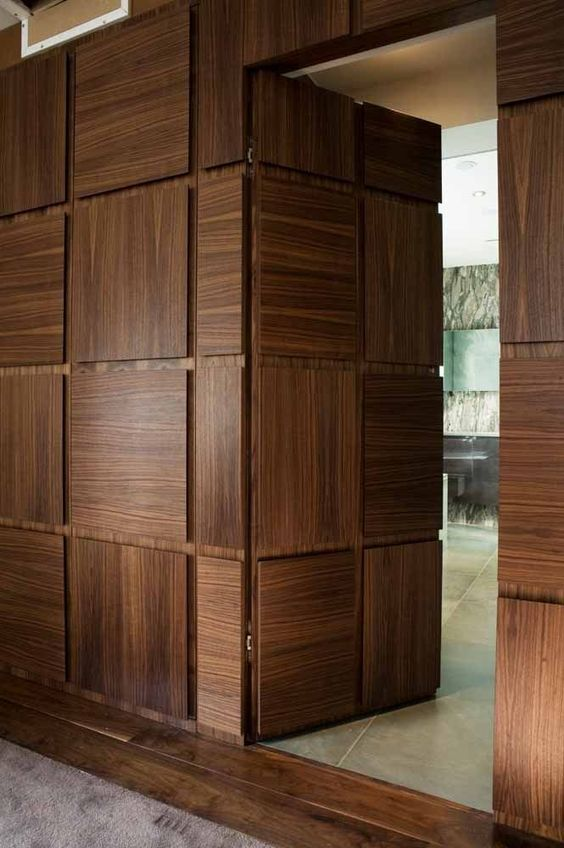 Já essa outra porta foi produzida seguindo o mesmo desenho do revestimento da parede