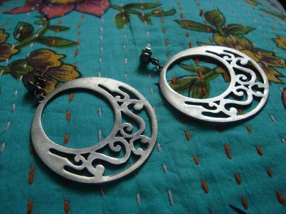 Argola com inspiração art nouveau em metal na cor prata velha. R$32,00