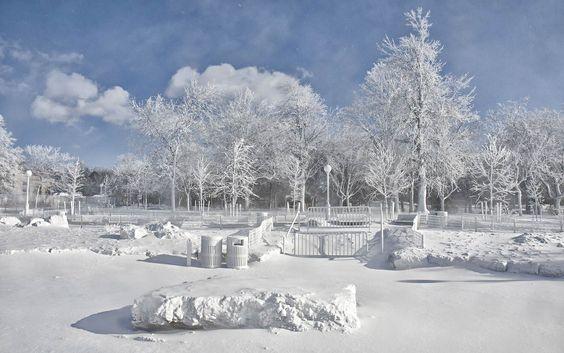07/01 - A névoa congelada emitida pelas Cataratas do Niágara criou um cenário completamente branco ao cobrir árvores, rochas, lixeiras, grad...