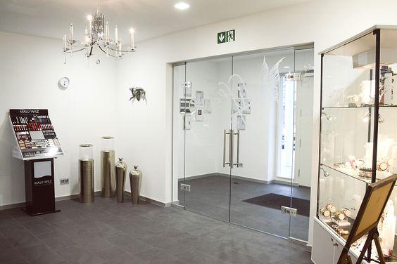 Eingangsbereich mit Schmuckvitrine im Lifestyle.