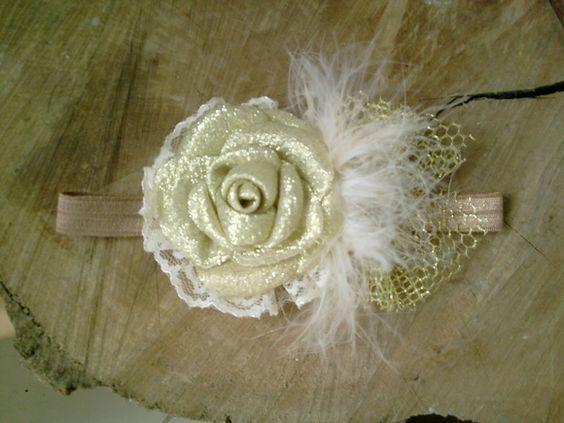 Faixa com muito glamour,feita com elastico,renda,plumas,flor e laço.. R$ 22,00