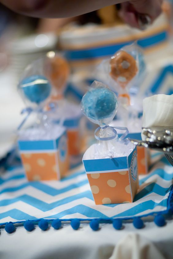 cake pops + mini boxes = hot air balloons  :)