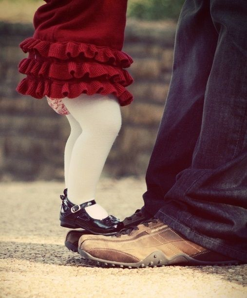 Little girl dancing on Dad's feet Toni Kami ~•❤• Bébé •❤•~ Father & Daughter photography idea