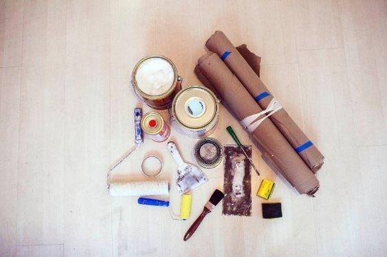 MATERIAIS 2 • Verniz protetor para madeira, em lata ou spray; • Rolo de pintura de espuma; • Pincel de cerdas macias; • Pano macio; • Recipiente de pintura; • Papelão para forrar o local da pintura; • Luvas e mascara para proteção.