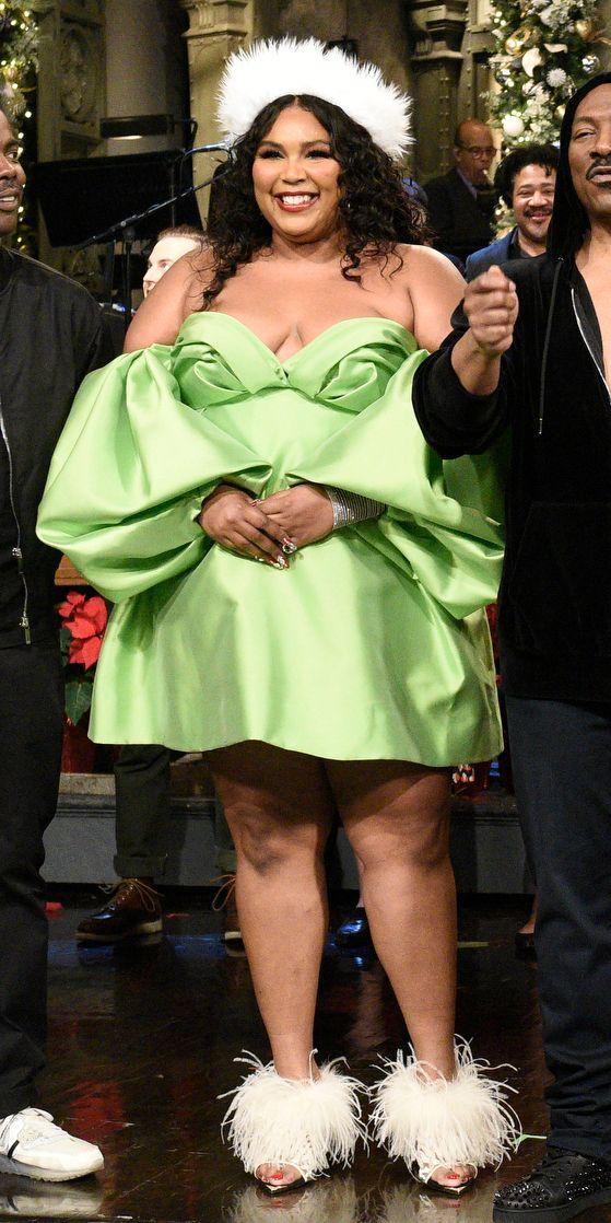 Vestido Carolina Herrera  verde de Lizzo para o after party do SNL e sandálias Femmes Sans Peur