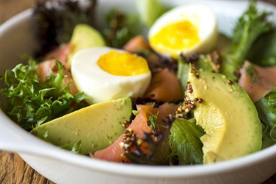 Salada Verde com Avocado, Mostarda e Salmão Defumado