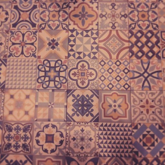 También se puede mirar al suelo con la cabeza bien alta. #floor #tiles #floors #figures #geometry #geometric #geometricfloor #coruña #nice #beauty #art #colors #colorful #design #interiordesign #ihavethisthingwithfloors #ihavethisthingwithtiles #tile #tileaddiction by lara.capeans