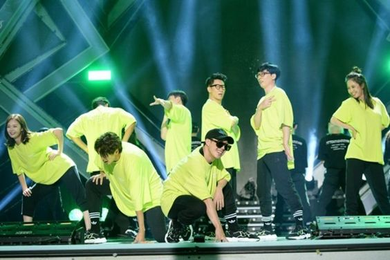 """Running Man"" Members Tear Up As Crowd Cheers On Their Group Dance Performance At Fan Meeting"