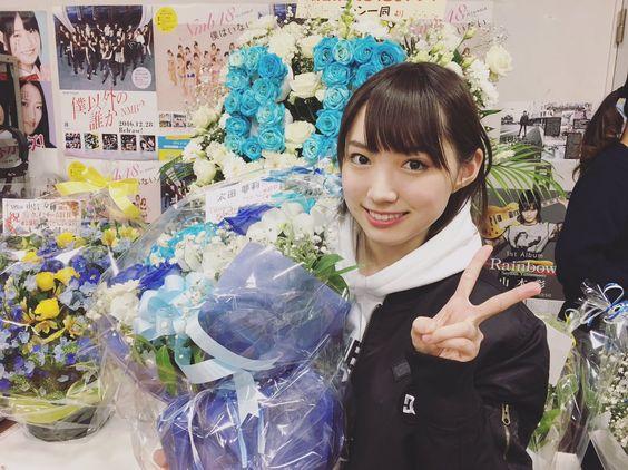 花に囲まれる太田夢莉