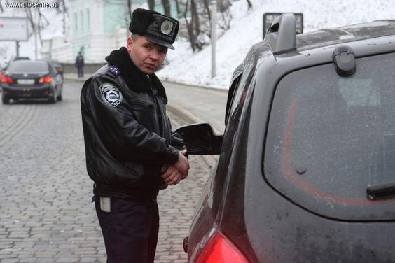 Для стабилизации обстановки на улицах и дорогах столицы, а также из-за участившихся случаев нападения на правоохранителей, в центре Киева выставлено 17 постов ДПС ГАИ Украины.