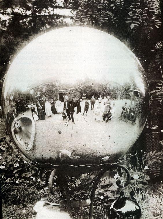 Une famille se prend en photo dans une ornementation de jardin en forme de globe…
