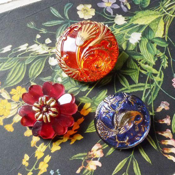 いろんな大きさ、形、色の3個のボタンをセットにしてみました。1 透明な赤の地に金の彩色、アールデコ風なガラスボタン2 ぶどうゼリーみたいな紫色の花形ガラスボタ...|ハンドメイド、手作り、手仕事品の通販・販売・購入ならCreema。