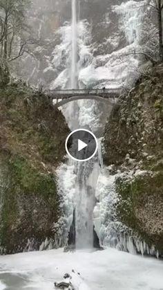 Cachoeira nevada de inverno no Oregon