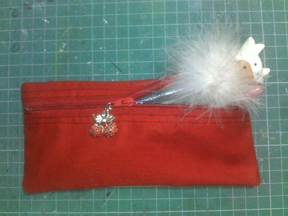 Minha primeira aventura com a máquina de costura! Poá preto no tecido vermelho lindo!