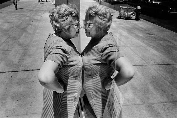 Adéntrate en esta Fotografía de calle y aprende de ella. Richard Kalvar, Woman in Window, New York 1969