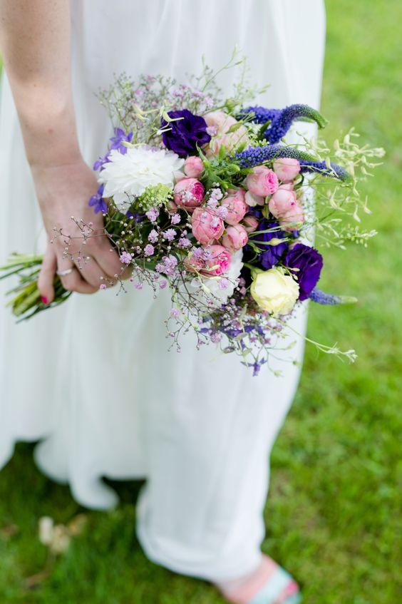 Brautstrauß, kräftige Farben, lila, pink, wedding bouquet, flowers - photo by Rebecca Conte