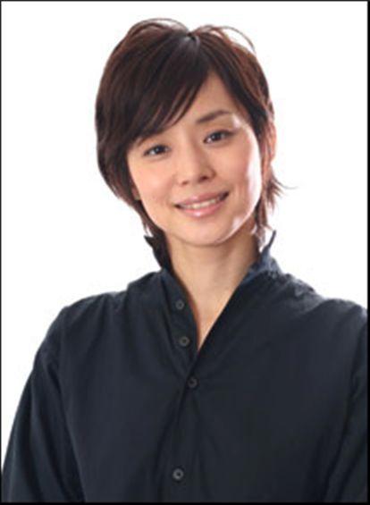 ボーイッシュなショートヘアーが似合っている石田ゆり子