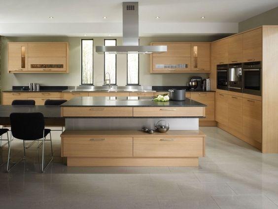 große Küche mit Kücheninsel und Essplatz in Eichenholz und Grau - sockelleisten für küchen