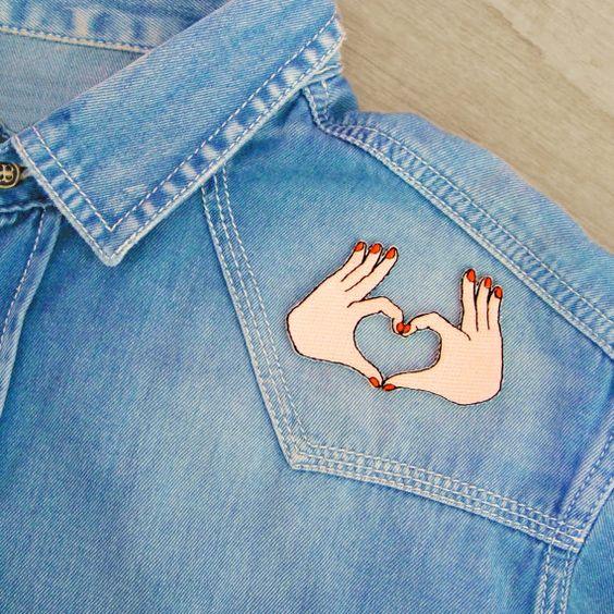 9 *** EDITION LIMITEE ***  Ecusson petites mains manucurées coeur. Réalisés en édition limitée en tissu, fils brodés et adhésif thermocollant. Chaque