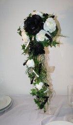 Brautstrauss in schwarz weiß, sehr edel passend zur schwarz weiß Brautkleidern  #gothi #brautstrauss #bridebouquet