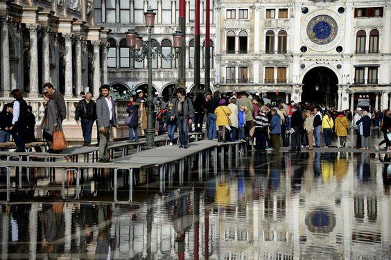 Los turistas deben recorrer el lugar en pasarelas por la subida del agua.