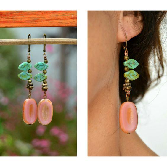 Pendientes largos de cristal checo combinados en rosa y azul turquesa.