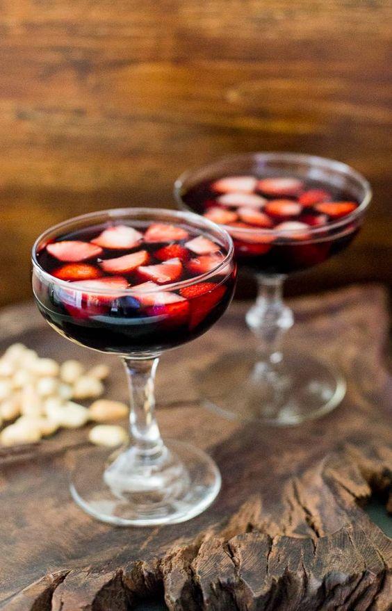 Borgoña, vino tinto con frutillas