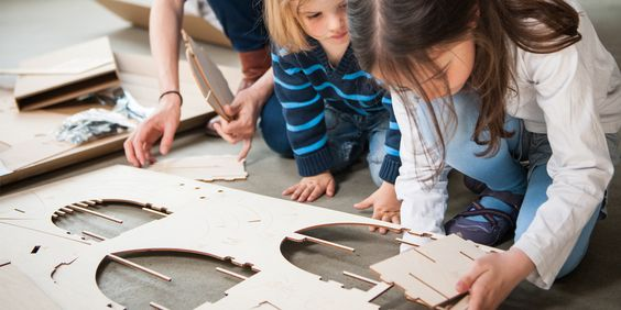 Das Holz-Rutschauto flink: Bastelspaß für die ganze Familie und danach ein Wettrennen!