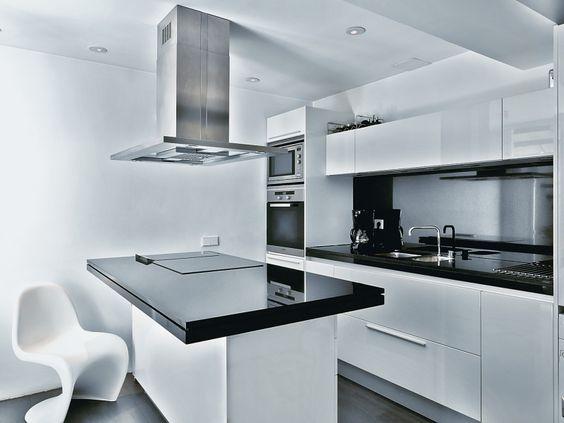 #reforma #cocina de muebles blancos con encimera color negro, isla central pa...