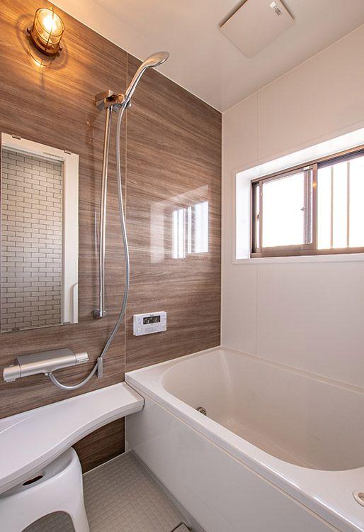 システムバスの都合上 ドアと浴槽の場所を変更 浴室内はコンパクト