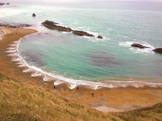 El espigón de piedra que flanquea la playa actúa como la rendija en el experimento de Young