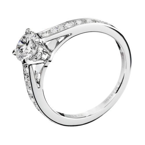 Solitaire serti d'un diamant rond, pavé de diamants, sur platine