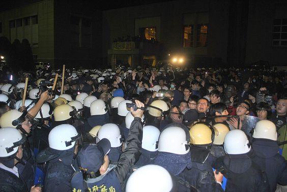 警方將剩下的群眾,警方以水車,朝群眾身體噴發強力水柱。(攝影:陳韋綸)