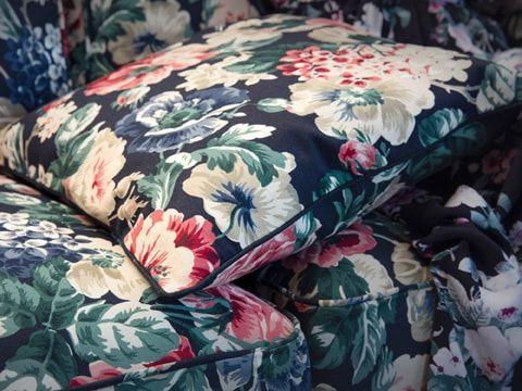 Relookez Votre Canape Avec La Housse De Coussin Toute Douce Leikny Et Son Motif Floral Multicolore Sur Fond Noir Elle Housse De Coussin Coussin Coussin Canape