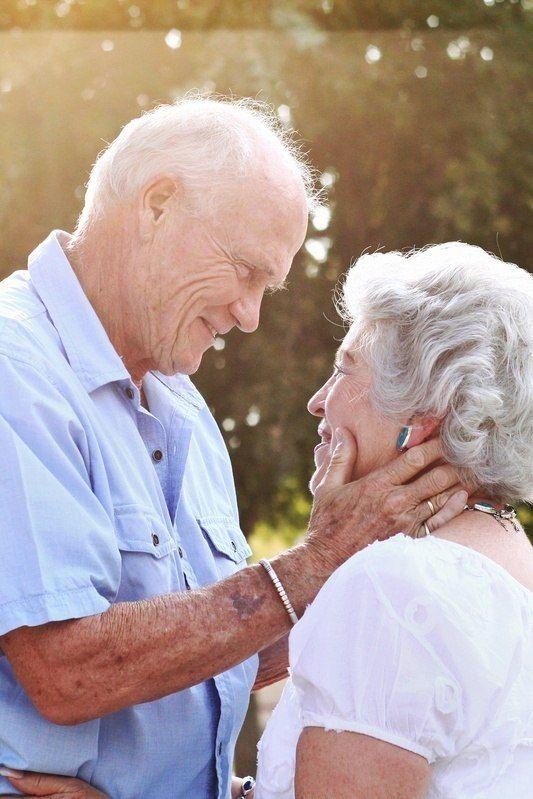 Resultado de imagem para carinho cônjuges velhinhos