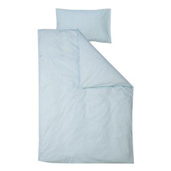 Parure de lit enfant Sweet Mint - 3 tailles - Little Dutch La parure de lit enfant Sweet Mint se compose d'une house de couette et d'une taie d'oreiller coordonné motif bleu pastel disponible dans 3 tailles : 100x135 cm, 120x150 cm et 140x200 cm. L'atout majeur de cette parure de lit est son indéniable douceur. Elle est douce tout autant au toucher qu'à l'œil grâce à sa couleur mentholée qui ne manquera pas de le souligner. Votre enfant s'endormira donc confortablement dans une atmosphère…