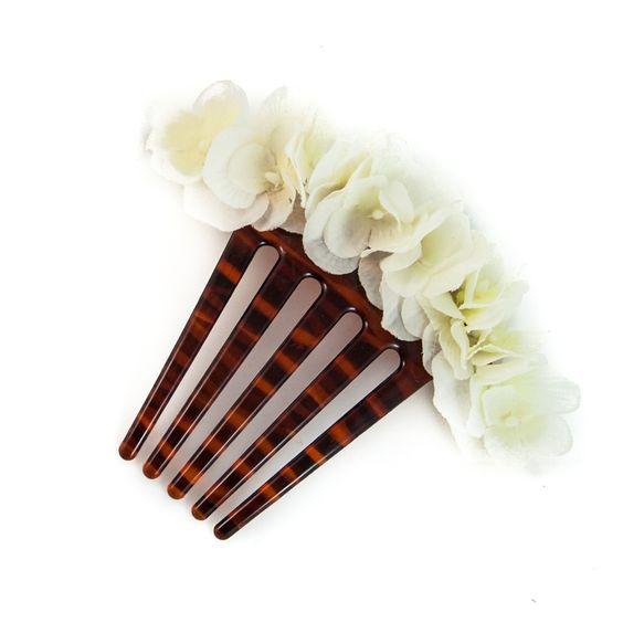 Peina de flamenca baja compuesta por orquídeas blancas.