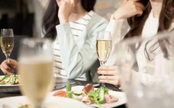 Olá pessoal!! Como tirar a espinha do peixe da boca, onde apoiar os talheres depois da refeição… Mesmo quem costuma participar de jantares e eventos formais pode ter dúvidas sobre como se com…